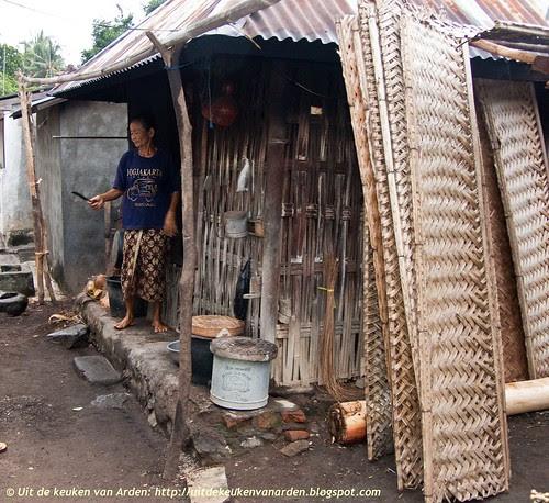 Bali 2010 - Moeder Sinta bij haar keuken