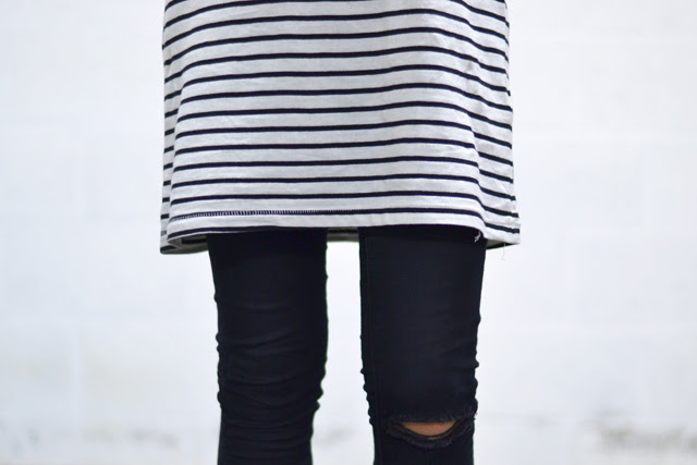outfit details fashion blogger belgium belgie stripes dress fedora wool hat striped strepen black skinny ripped distressed destroyed converse all stars red chuck taylor h&m jewelry rings zipper bracelet trends minimal fashion kleding mode minimalism red lipstick piercing vertical labret