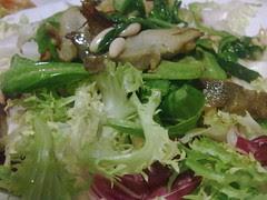 Ensalada tibia con espinacas, alcachofas y  pi...