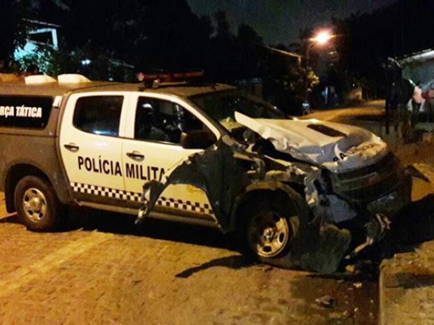 Bastante danificado após bater em uma mureta, carro da PM não teve condições de dar continuidade à perseguição (Foto: Sérgio Costa/PortalBO)