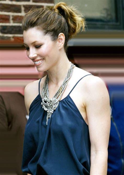 Jessica Biel Stylish Blue Shirt & Ponytail   SheClick.com