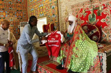 Football Legend, Kanu Nwankwo Visits Emir Of Kano Muhammadu Sanusi at His Kano Palace (Photos)
