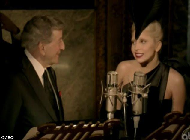 Grande química: A dupla começou o especial de Ação de Graças, que revelou a sua experiência de arte, cantando The Lady Is A Tramp