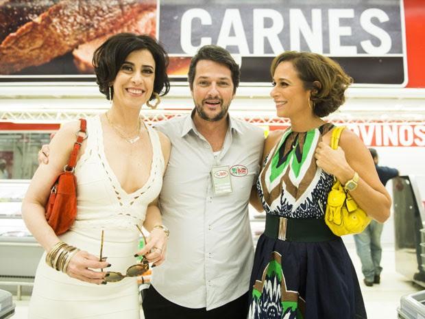 Fátima e Sueli levam cantada no supermercado (Foto: João Miguel Júnior/TV Globo)