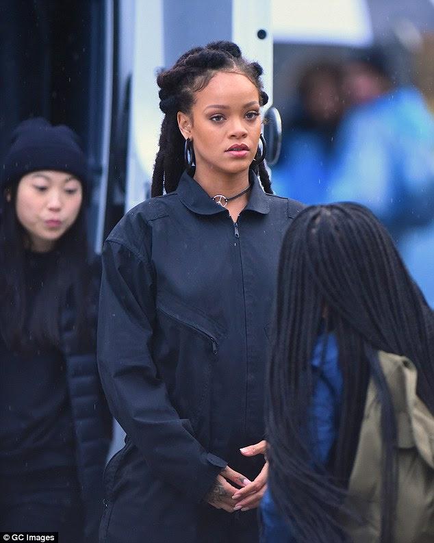 Girl power: Rihanna pode ser vista andando em uma carruagem ao lado de seus co-estrelas famosas, incluindo Sandra Bullock e Cate Blanchett