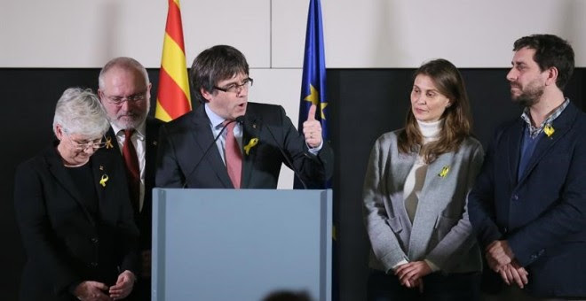 Carles Puigdemont comparece en el centro de conferencias Square Brussels para valorar el resultado de las elecciones junto a Clara Ponsatí, Lluis Puig, Meritxell Serret i Toni Comin / EFE