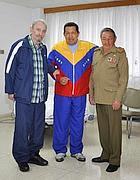 Hugo Chávez. tra Fidel (sin.) e Raul Castro