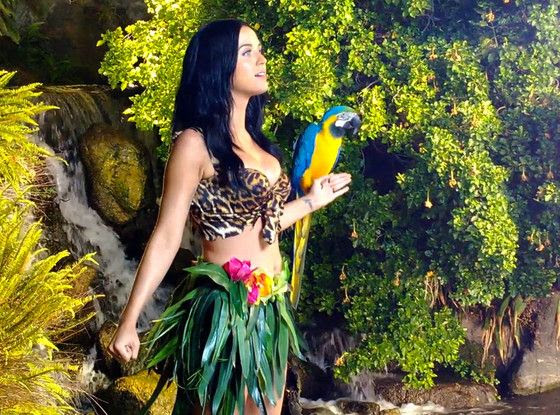 Katy Perry : Roar (Video) photo rs_560x415-130905121218-1024katy-perry-bts-roar-videomh090513.jpg