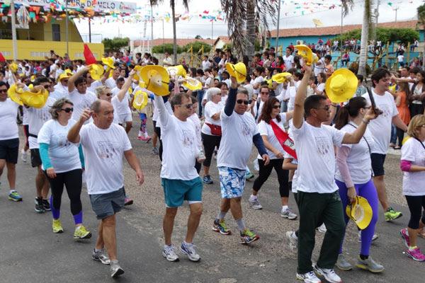 Católicos iniciam caminhada de Currais Novos a Caicó, num trajeto de quase 100 quilômetros, para reverenciar N.S. Sant'Ana