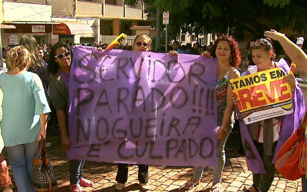 Servidores realizaram protesto em frente à Prefeitura de Ribeirão Preto pelo segundo dia consecutivo (Foto: Antônio Luiz/EPTV)