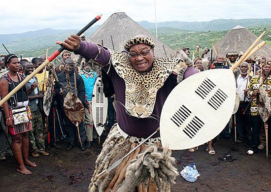 Jacob Zuma dança em ritual na África do Sul; mandatário pede ajuda a espíritos para se proteger de rivais