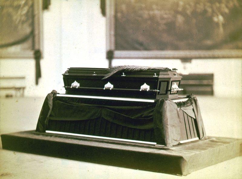 File:Garfield-casket.jpg