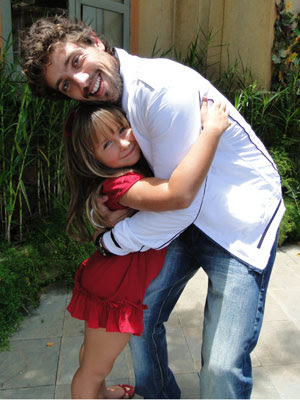 Jesuela Moro diz que Rafael é o seu pai adotivo (Foto: A Vida da Gente - TV Globo)