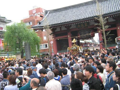 Mikoshi being carried to the kaminarimon during Sanja Matsuri