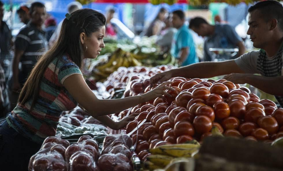 Una mujer compra fruta en un mercado local en Alajuela (Costa Rica).