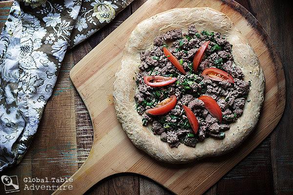 Forrás: http://globaltableadventure.com/2013/01/04/recipe-saudi-lamb-pizza-aysh-abu-laham/