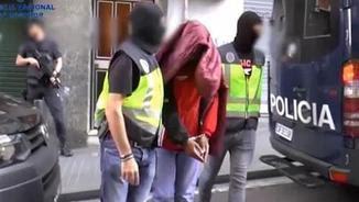 Agents de la policia detenint l'home al seu domicili de l'Hospitalet de Llobregat (EFE)