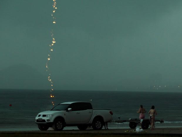 Fotógrafo captura a descarga elétrica caindo no mar (Foto: Rogério Soares / Jornal A Tribuna)