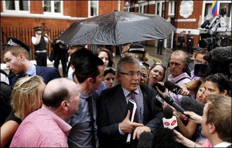 El exjuez español Baltasar Garzón, abogado del fundador de WikiLeaks, Julian Assange, realiza declaraciones a la entrada de la embajada de Ecuador en Londres, Reino Unido.