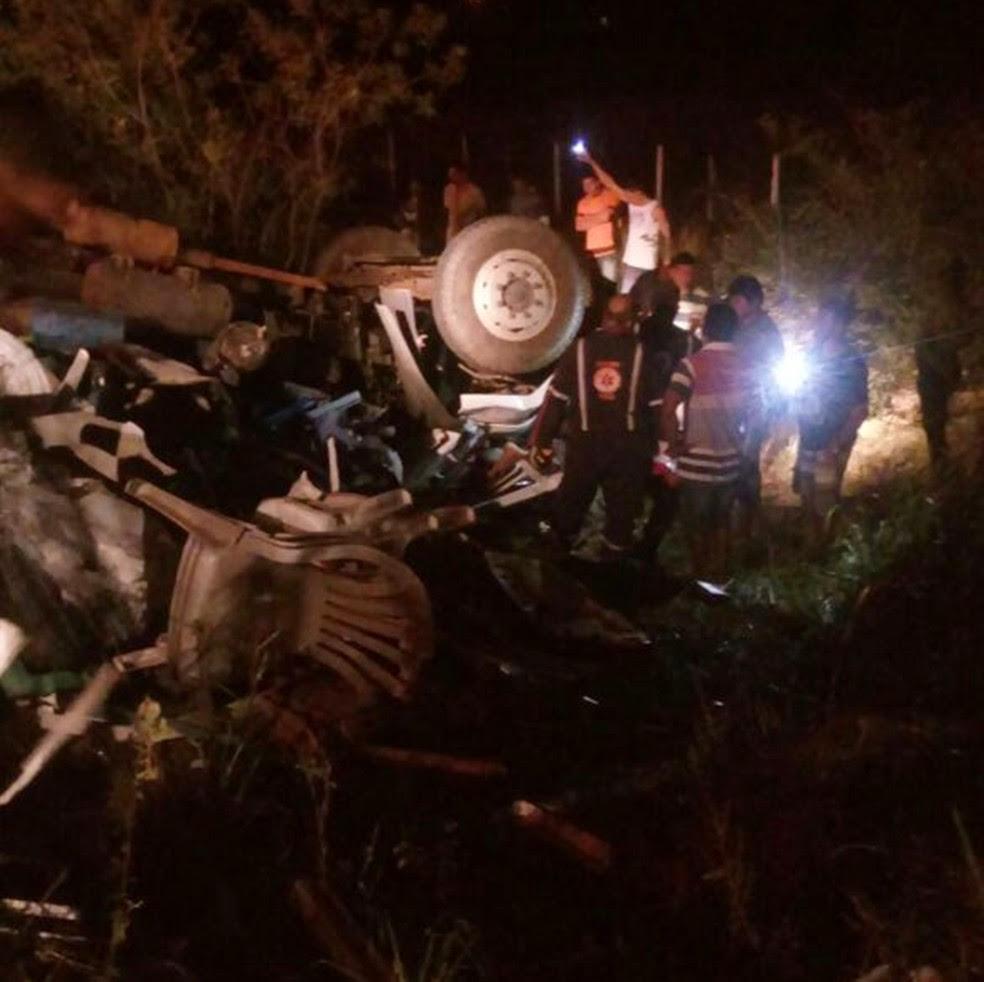 Segundo a Polícia Militar, o caminhão virou ao tentar fazer uma curva em alta velocidade (Foto: Divulgação/PM)