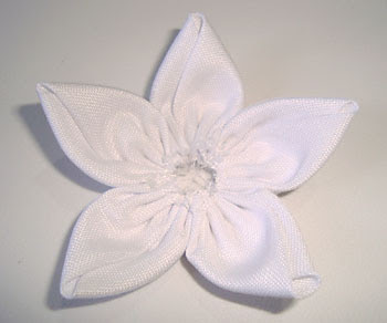 Faça uma flor de fuxico com tecido liso