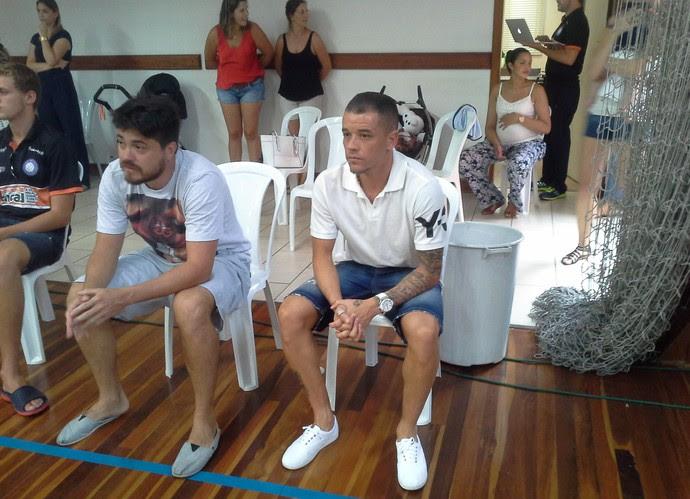 D'Alessandro assiste ao jogo do Canoas (Foto: Julio Cesar Santos/RBS TV)