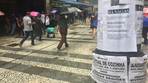 Anúncios de emprego em poste no centro de São Paulo