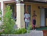 Un ragazzino punta la pistola verso la macchina che effettua le riprese per Google. Il portico assomiglia a quello della casa di Ziya turner (Google Street View)