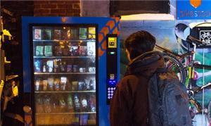 A máquina vende luzes, travas, bebidas, comidas, c