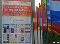 Banneri i Festivalit në hyrje të Teatrit Kombëtar në Tiranë