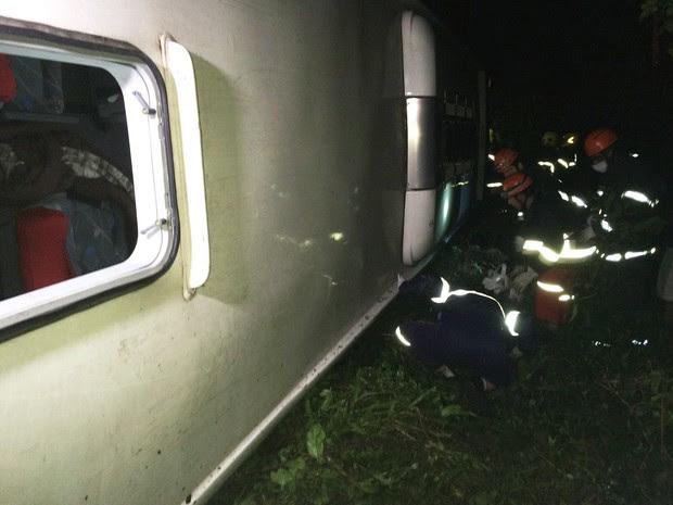 Ônibus tombou na ERS-240 na madrugada desta quarta-feira (24) (Foto: Paulo Ledur/RBS TV)