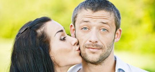 Chico besando a una chica