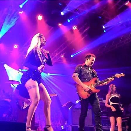 Thábata Mendes e Ximbinha durante show em Castanhal, no Pará