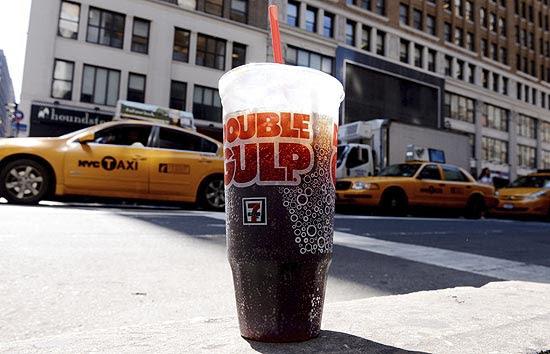 Imagem de refrigerante de tamanho grande em rua de Nova York