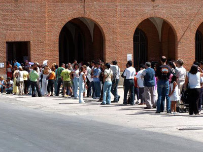 Cientos de extranjeros hacen cola para tramitar papeles en España.