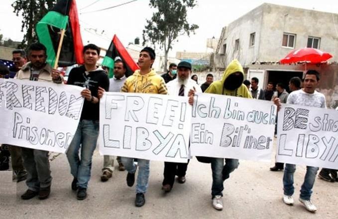 LibyaPropPostersCrowd.jpg (57820 bytes)