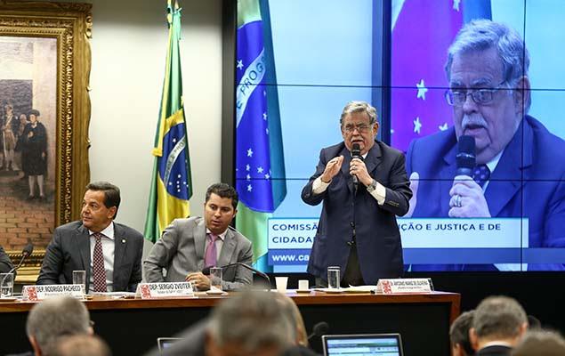 O advogado Antônio Mariz durante sessão da CCJ da Câmara para discutir o parecer favorável à denúncia contra o presidente Temer