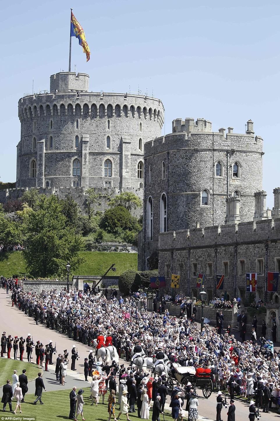 El príncipe Harry, duque de Sussex y su esposa Meghan, Duquesa de Sussex, comienzan su procesión de carruajes en el vagón de Ascot Landau después de su ceremonia de boda en la Capilla de San Jorge