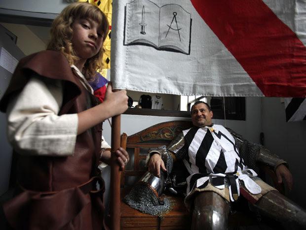 Aldo Valente posa com seu 'serviçal' Lucas Brundle