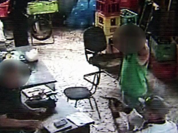 Câmeras flagram assalto em adega de Santos, SP (Foto: Reprodução/TV Tribuna)