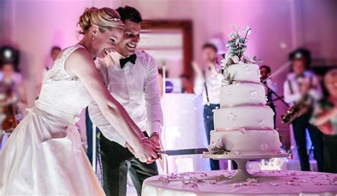 8 Simple Ways To Cut The Cost Of Your Wedding Cake!