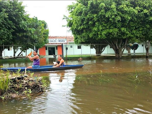 Rua que dá acesso à unidade de saúde está inundada  (Foto: Susam/Divulgação)