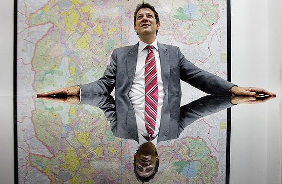 Prefeito eleito de São Paulo, Fernando Haddad (PT), durante entrevista à *Folha* em seu escritório