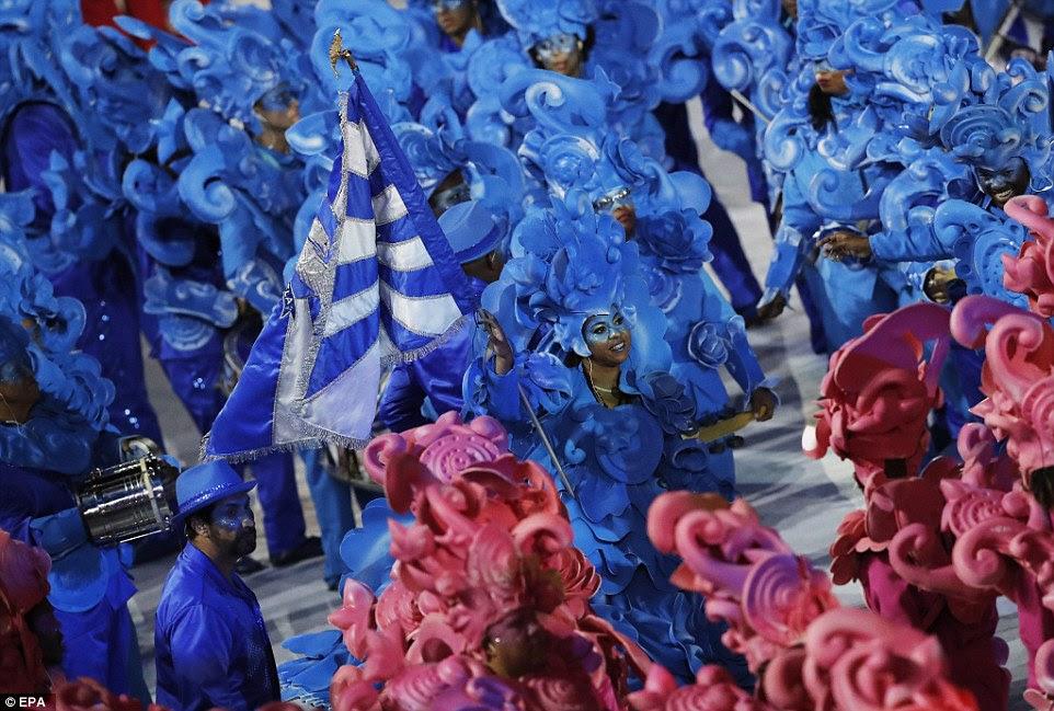 Dançarinos no rosa brilhante e figurinos azuis mostraram suas habilidades durante a cerimônia de abertura dos Jogos Olímpicos de 2016 no Rio de Janeiro, Brasil
