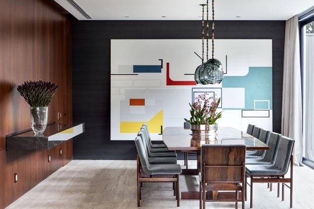 """""""Casa tem fluidez visual para integrar ambientes""""...""""Arte e design com vistas para o exterior"""""""