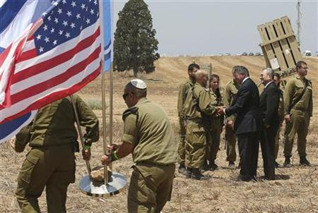 Defesa dos EUA, Leon Panetta, secretário e ministro da Defesa israelense, Ehud Barak, cumprimentar soldados israelenses depois de uma conferência de imprensa conjunta durante uma visita ao Domo de Ferro defesa local de lançamento do sistema em Ashkelon 01 de agosto de 2012. REUTERS / Mark Wilson / Pool