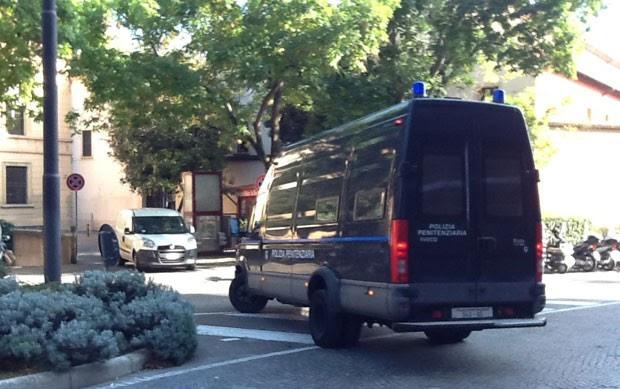 Veículo da Polícia Penitenciária chega com Henrique Pizzolato ao Tribunal de Bolonha nesta terça-feira (28) (Foto: Paolo Tomassone/Especial para o G1)