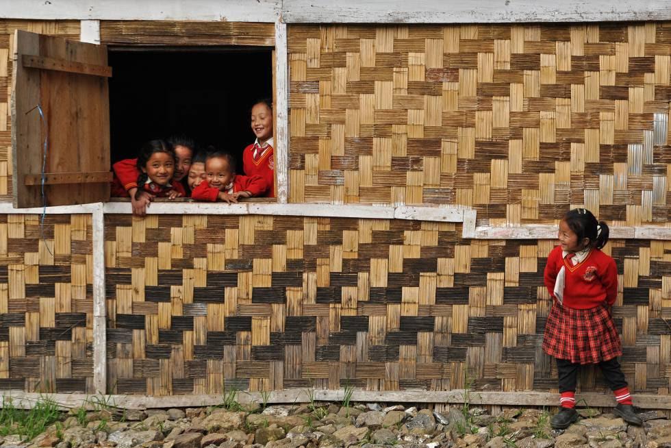 Escolares del Estado de Sikkim (India) juegan durante un recreo en una escuela de primaria.