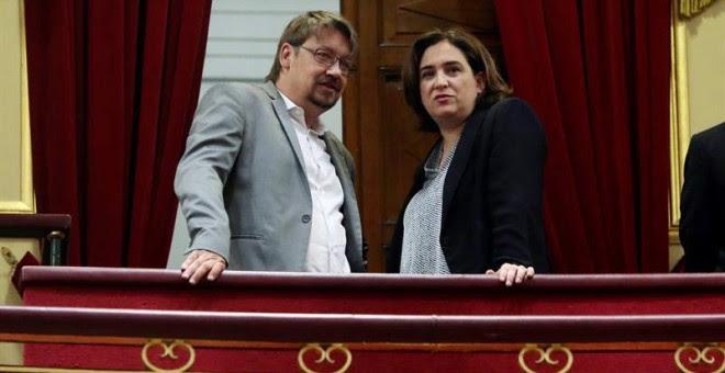 La alcaldesa de Barcelona Ada Colau, y el diputado del Parlament catalán Xavier Domènech, en la tribuna del hemiciclo. (J.J. GUILLÉN   EFE)