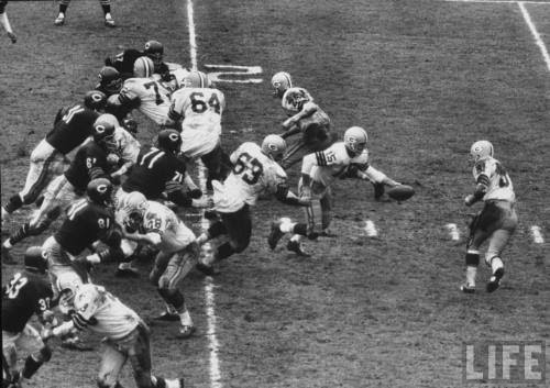 vintagesportspictures:<br /><br />Green Bay Packers vs. Chicago Bears (1962)<br />